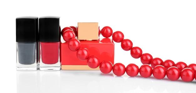 Decoratieve cosmetica en vrouwelijke accessoire op wit oppervlak
