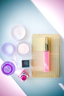 Decoratieve cosmetica, make-up tools en accessoires op veelkleurige achtergrond.