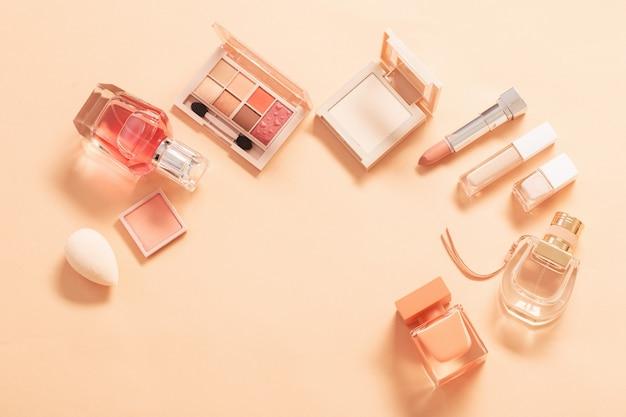 Decoratieve cosmetica met parfum op pastel achtergrond