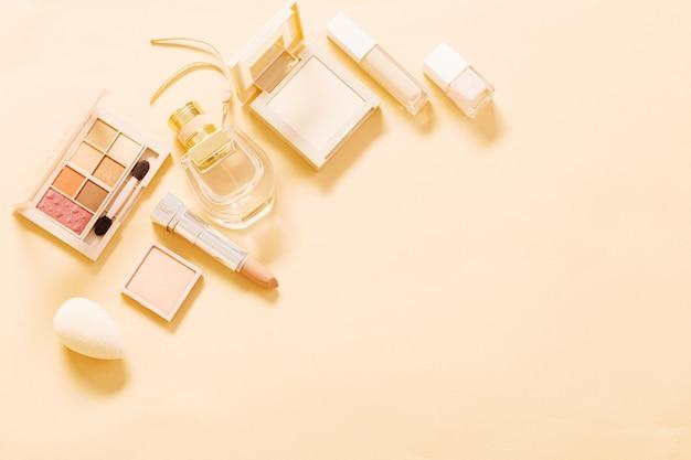 Decoratieve cosmetica met parfum op pastelachtergrond