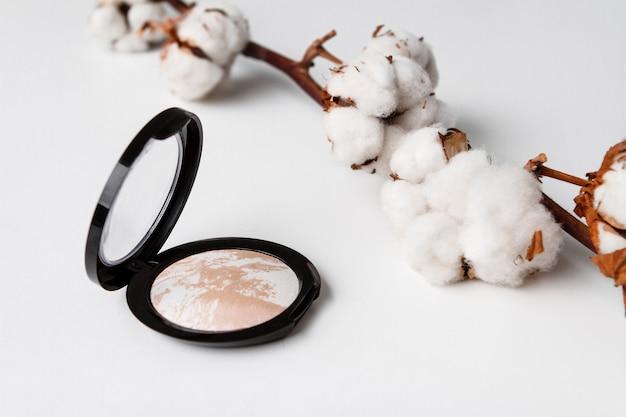 Decoratieve cosmetica op wit oppervlak