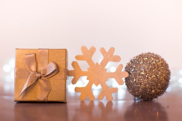 Decoratieve de giftdoos, bal en sneeuwvlok van kerstmis
