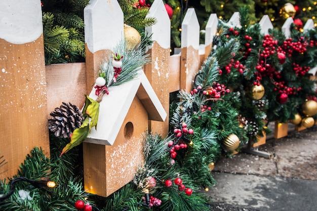 Decoratieve elementen in de stad voor kerstmis en nieuwjaar