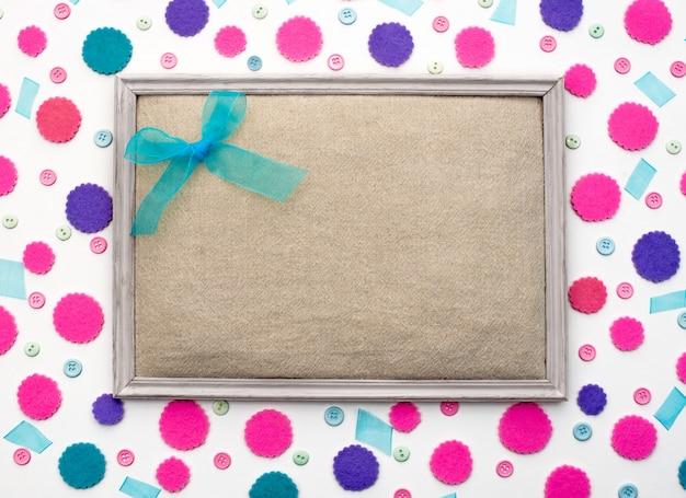 Decoratieve feestelijke achtergrond met gekleurd confetti frame.