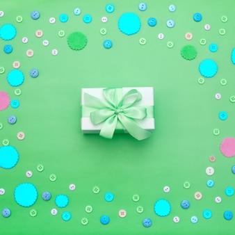 Decoratieve geschenkdoos met gekleurde knopen in bulk