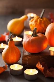 Decoratieve halloween-pompoenen en kaarsen