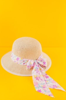 Decoratieve hoed op gele achtergrond