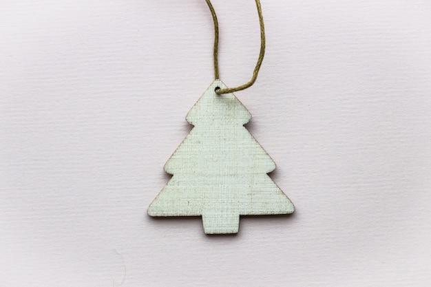 Decoratieve houten kerstboom op een lichte achtergrond
