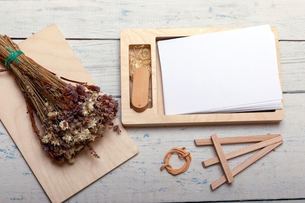 Decoratieve houten kist voor bruiloft met geheugenstick