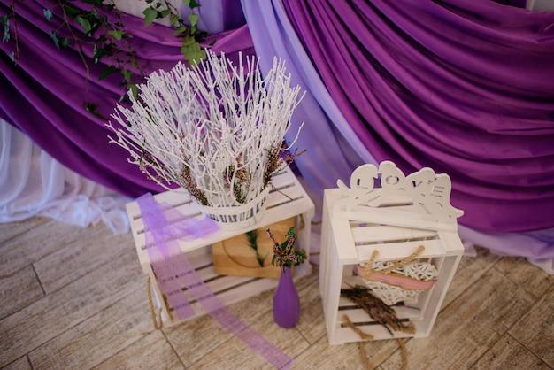 Decoratieve houten kisten staat voor violet diner tafel bereid voor pasgetrouwden