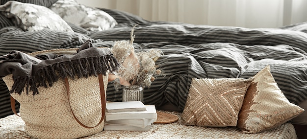 Decoratieve items in een gezellig interieur. grote tas van rieten stro en decoratieve elementen