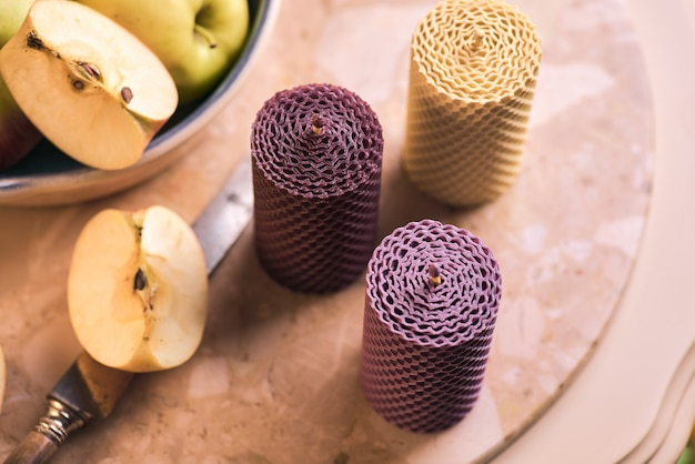 Decoratieve kaarsen gemaakt van bijenwas met een honingaroma voor interieur en traditie.