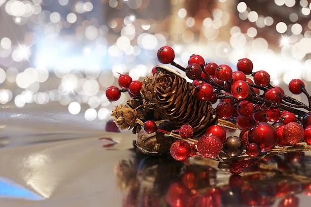 Decoratieve kerst achtergrond met bessen dennenappels en bokhe lichten