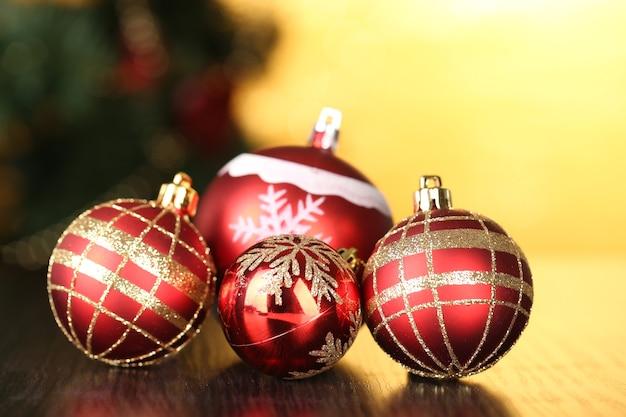 Decoratieve kerstballen op lichte achtergrond