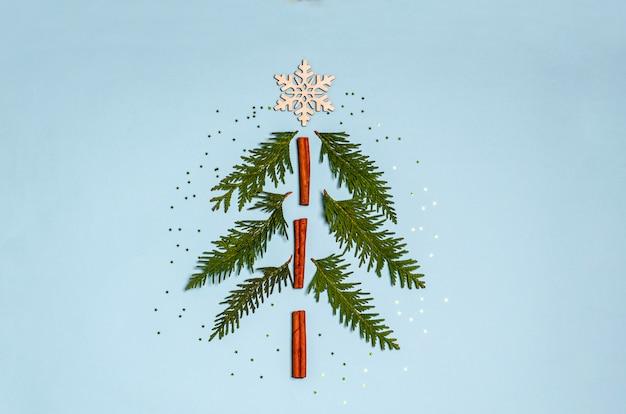 Decoratieve kerstboom gemaakt van kaneel