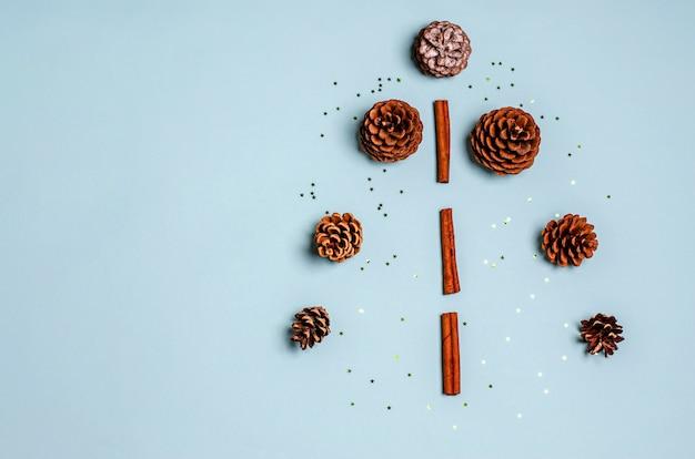 Decoratieve kerstboom gemaakt van kaneelstokjes en dennenappels