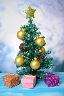 Decoratieve kerstboom, op lichte achtergrond