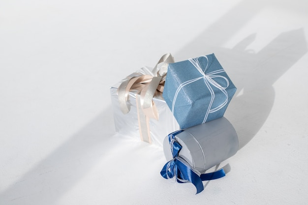 Decoratieve kerstcadeaus op wit