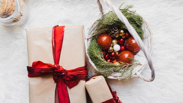 Decoratieve kerstmisachtergrond met cadeaus