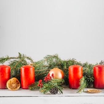 Decoratieve kerstmisachtergrond met kaarsen