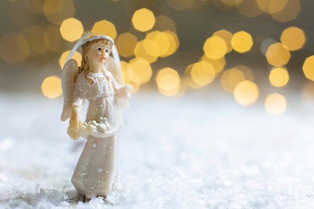 Decoratieve kerstthema-beeldjes, beeldje van een kerstengel, kerstboomversiering,,
