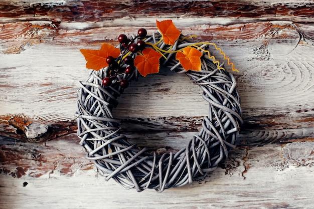 Decoratieve krans, herfstthema met bladeren en pompoenen, ter ere van halloween.