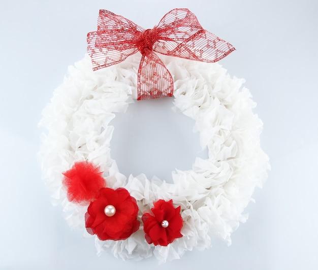 Decoratieve krans met bloemen op wit wordt geïsoleerd