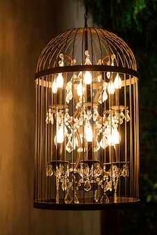 Decoratieve kroonluchter in de vorm van een kooi. het interieur versieren. hoge kwaliteit foto