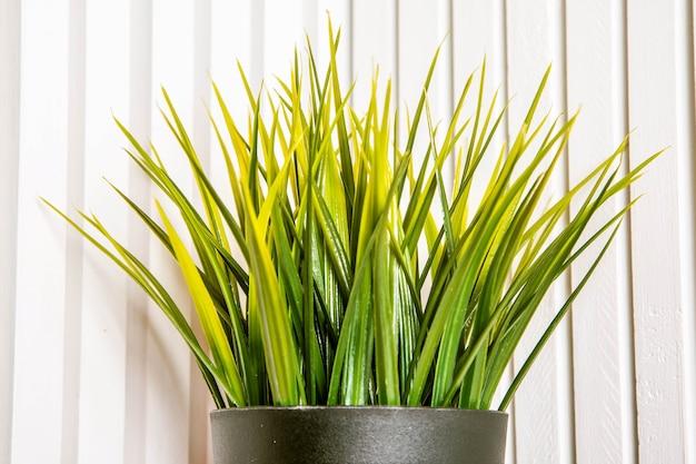 Decoratieve kunstmatige potplant gras in bloempotplastic rearistic greens hebben geen verzorging nodig