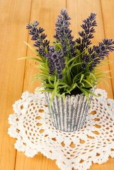 Decoratieve lavendel in vaas op houten tafel close-up