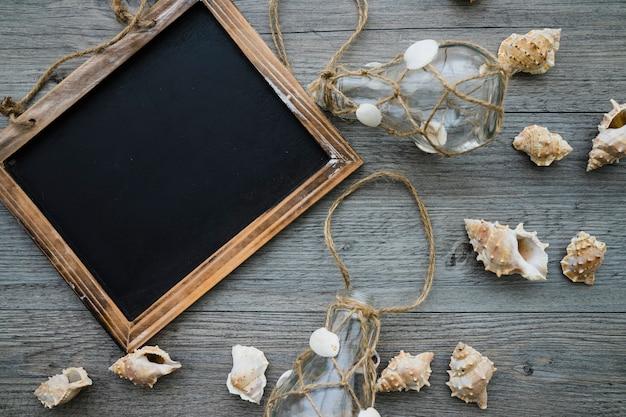 Decoratieve leisteen en zeeschelpen op houten oppervlak