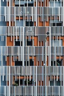 Decoratieve metalen elementen van de gevel van een modern woongebouw