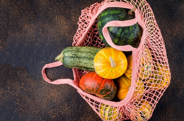 Decoratieve minipompoenen, herfstgedroogde bladeren en sjaal