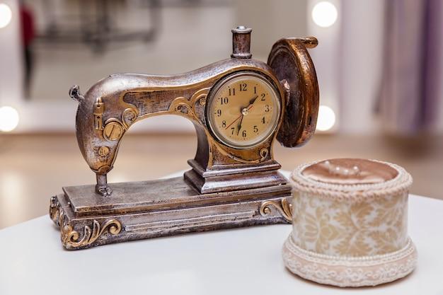 Decoratieve naaimachine, kledingschetsen en andere naaiatelier. diverse gereedschappen in de naaiatelier