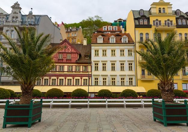 Decoratieve palmbomen en gevels van gebouwen, karlovy vary, tsjechië, europa. oude europese stad, beroemde plaats voor reizen en toerisme