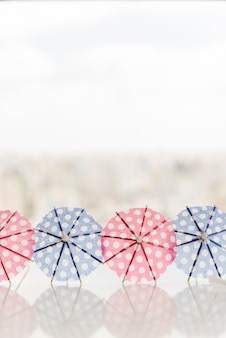 Decoratieve parasols voor cocktail op tafel