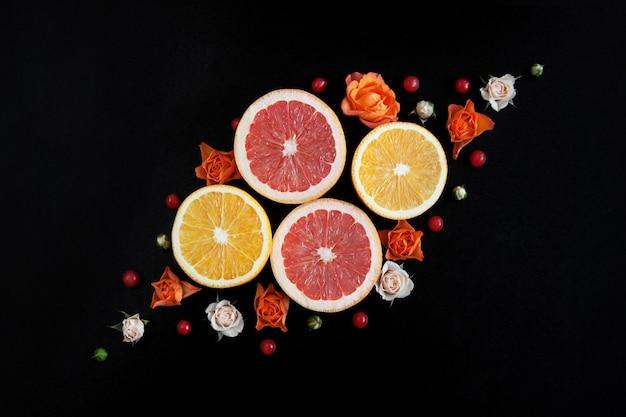 Decoratieve pompoenen, citrusvruchten en bloemen