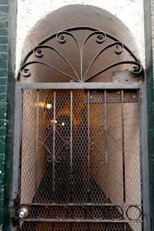 Decoratieve poort naar gebouw in boston, massachusetts, vs.