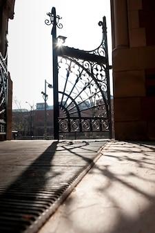 Decoratieve poort op de universitaire campus van harvard in boston, massachusetts, de vs