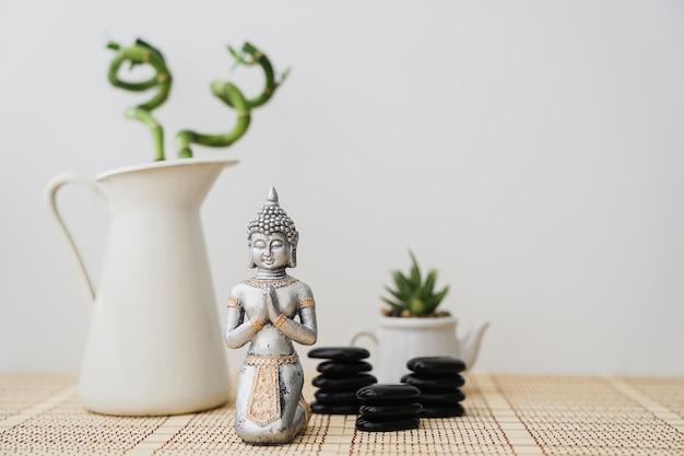 Decoratieve scène met bamboe en boeddha figuur