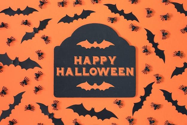 Decoratieve spinnen en halloween vleermuizen worden op aorange geplaatst