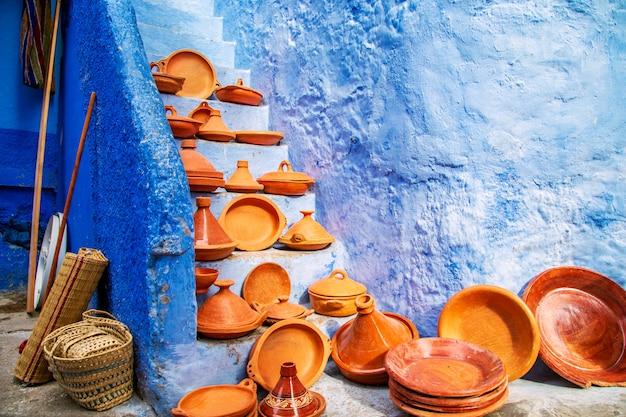 Decoratieve tajines op een markt in chefchaouen
