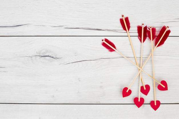 Decoratieve veren op stokken met kleine harten