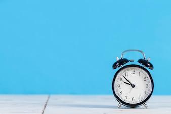 Decoratieve wekker met blauwe achtergrond