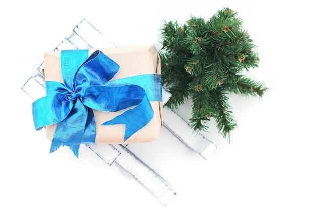 Decoratieve winterslee. witte slee. een geschenk op een slee. kerst decor. goede nieuwjaarsgeest
