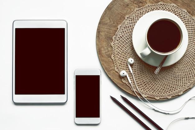 Decoreer met een koffiekopje op een houten dienblad