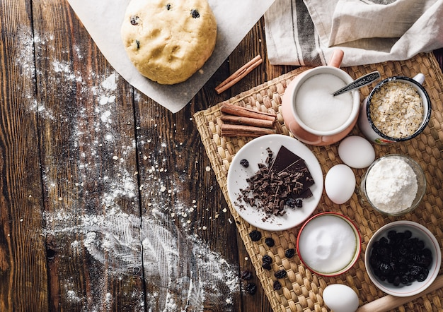 Deeg en ingrediënten voor havermoutkoekjes