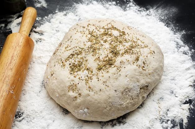 Deeg met stapels brood