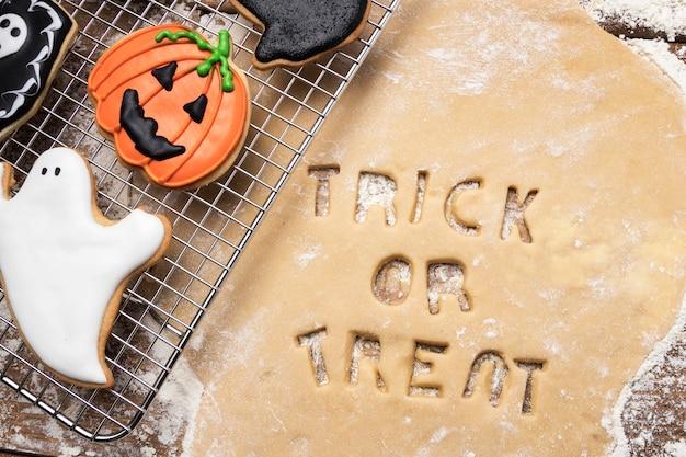 Deeg met trick or treat op tafel