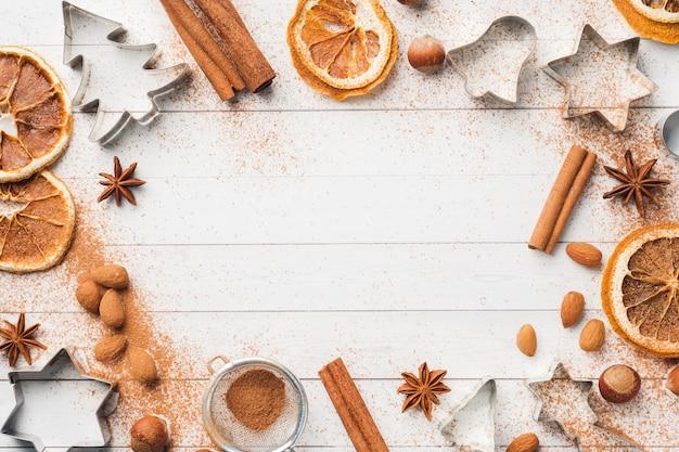 Deegroller cookie cutters kaneel cacao noten op hout